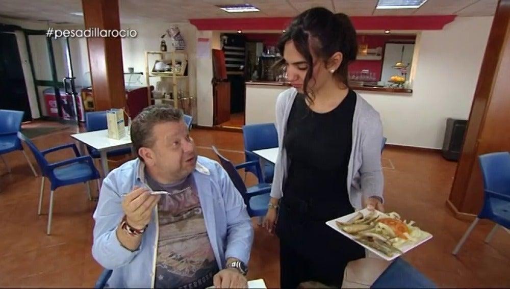 """Frame 10.571772 de: Alberto Chicote, a la dueña de 'Terraza Rocío': """"Cuando pruebes algo así, no comas más porque eso es peligroso"""""""
