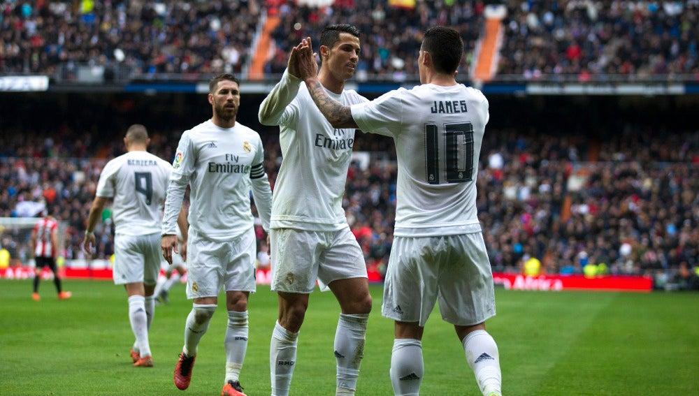 James y Cristiano celebran un gol con el Real Madrid