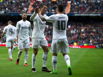 James y Cristiano celebran un gol con el Real Madrid