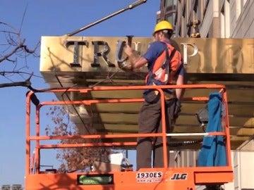 Frame 22.536162 de: Retiran el nombre de Trump de la fachada de tres edificios en Nueva York a petición de los vecinos