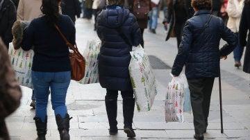 Varias mujeres tras hacer compras en la zona de la madrileña Puerta del Sol