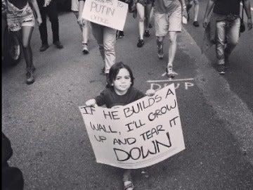 El pequeño con su cartel protesta