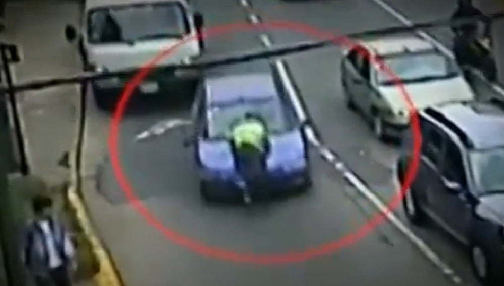 Captura del  vídeo en el que aparece una mujer atropellando a un agente de tráfico en Argentina