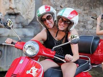 Abigail and Brittany Hensel en una moto