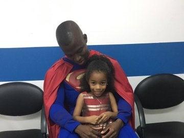 Enner Valencia se viste de Superman para visitar a unos niños con cáncer