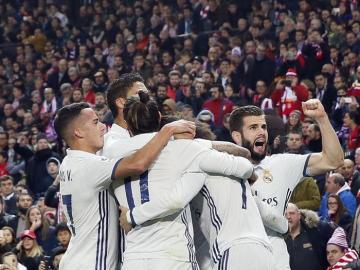 Los jugadores del Real Madrid celebran el primer gol del equipo frente al Atlético de Madrid