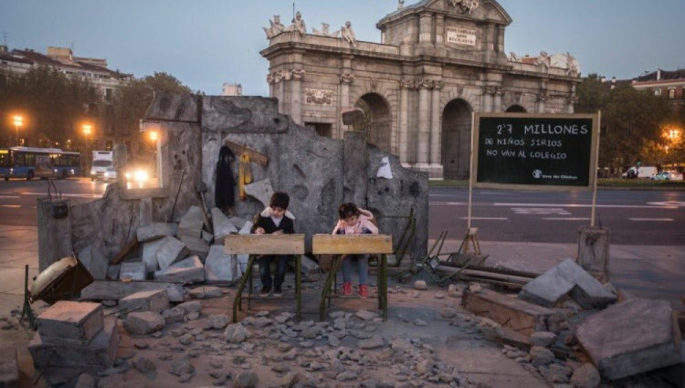 Save the Children recrea una escuela siria destruida en plena Puerta de Alcalá