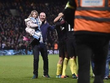 Un padre y su hija celebran el gol de Yaya Touré en el campo