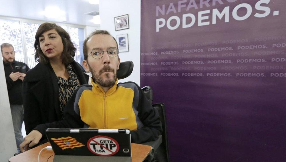 El secretario de Organización de Podemos, Echenique, con la secretaria general de Podemos en Navarra, Laura Pérez