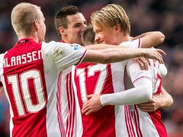 Dolberg celebra un gol con el Ajax
