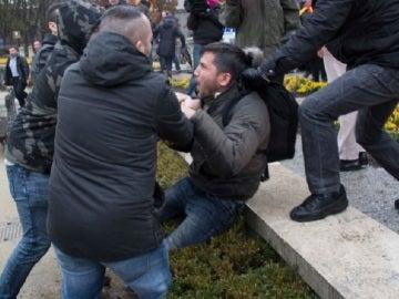 El activista en el momento de la agresión