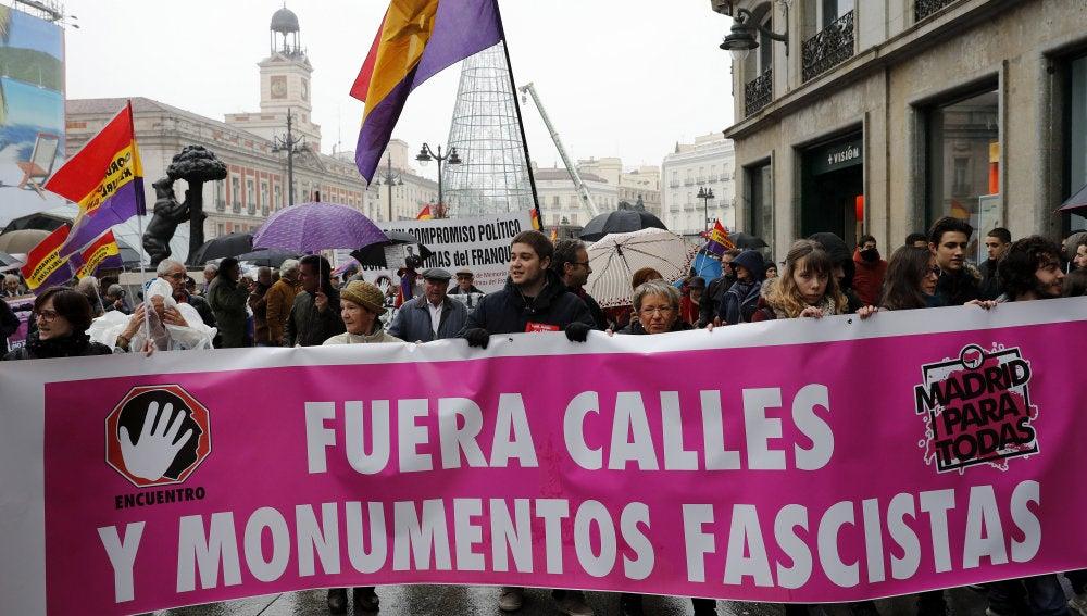 Vista de la manifestación convocada hoy por el Encuentro Estatal de Colectivos de la Memoria Histórica y de Víctimas del Franquismo en la Puerta del Sol de Madrid
