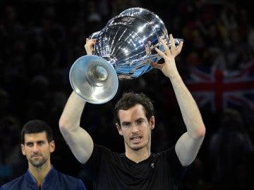 Andy Murray levanta la Copa Masters ante Djokovic