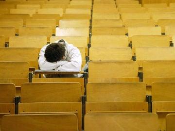 Un universitario durmiendo en el aula