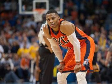 Westbrook lamenta una acción en un partido con los Thunder