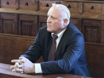 El acusado por incitación al odio por motivos raciales y religiosos al quemar una efigie que representaba a los judíos, Piotr Rybak, se sienta en el banquillo de los acusados