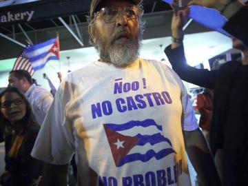 Un grupo de cubanos celebra la muerte de Fidel Castro