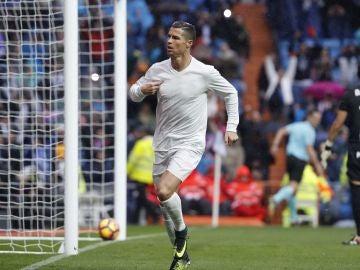 Cristiano celebrando un gol con la camiseta reciclada