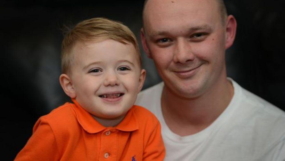El pequeño Lenny junto a su padre Mark
