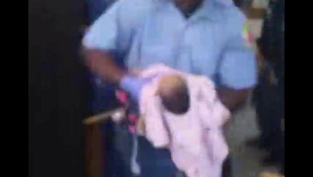 Frame 26.302079 de: Un policía intenta salvar sin éxito a una bebe de un mes durante una protesta