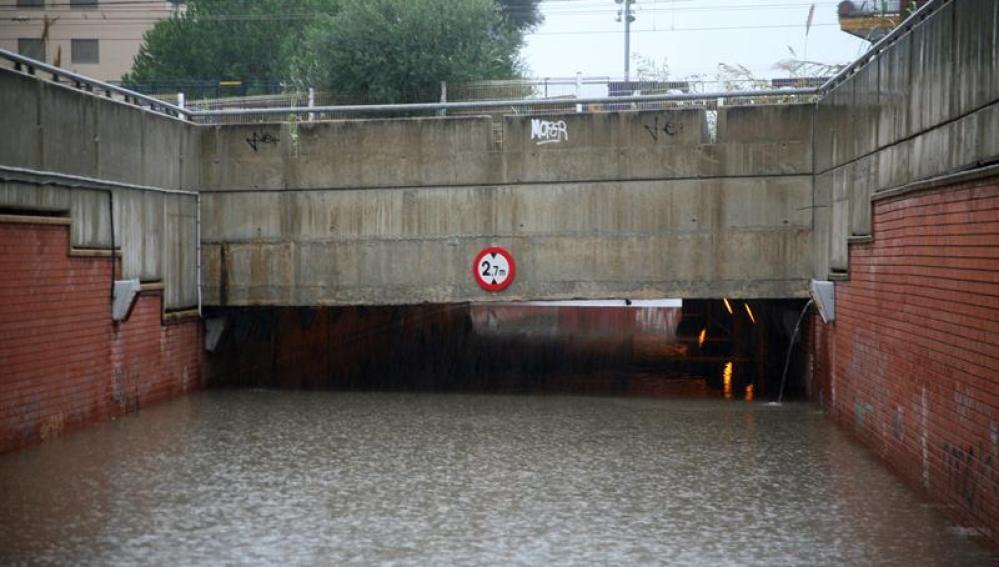 Vista de un paso subterráneo en la localidad de Torredembarra, totalmente inundado acausa de las lluvias caídas en la zona.