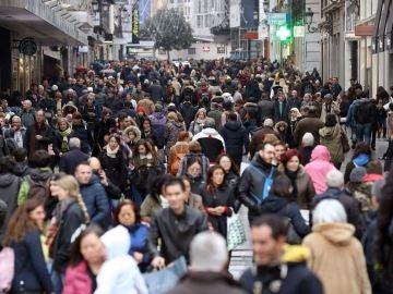 Una multitud en una avenida comercial de Madrid