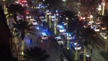 Vehículos de la Policía en el lugar del tiroteo sucedido en el barrio francés de Nueva Orleans