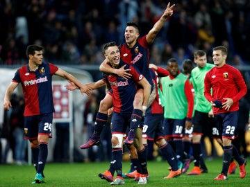 El Genoa celebrando la victoria antes la Juventus