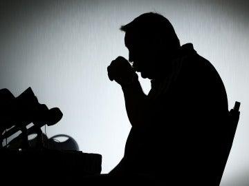 Hombre bebiendo agua a contraluz