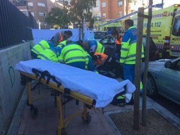 Los sanitarios atendiendo al joven fallecido por herida de arma de fuego en Alcobendas