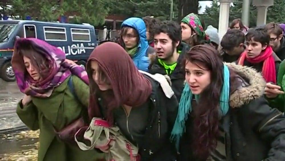 """Frame 31.73919 de: Denuncian la """"política criminal"""" de la UE haciéndose pasar por refugiados en la sede de la Comisión Europea en Madrid"""