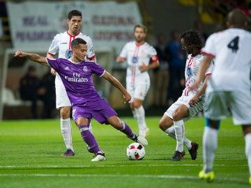 Lucas Vázquez, en acción ante los jugadores de la Cultural Leonesa