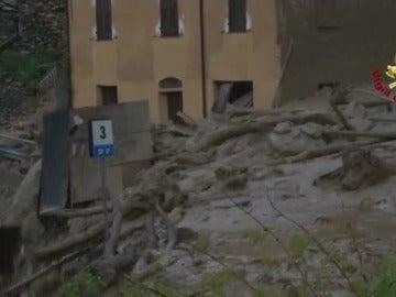 Frame 40.900015 de: Las fuertes lluvias al norte de Italia provocan un espectacular corrimiento de tierras