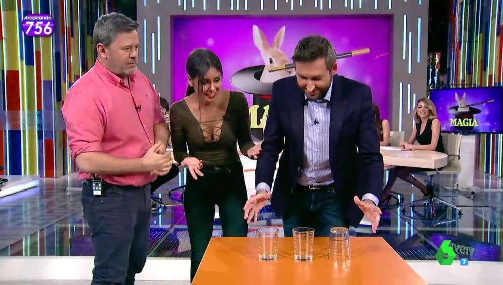 El truco del desafío de los tres movimientos con tres vasos