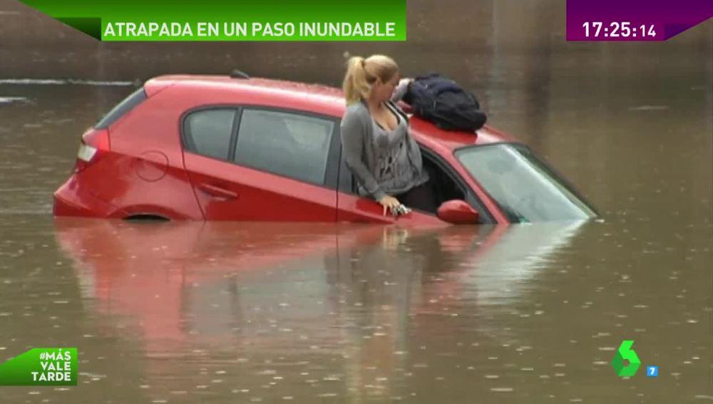 Atrapada con su coche en un paso inferior por la lluvia en Sagunto