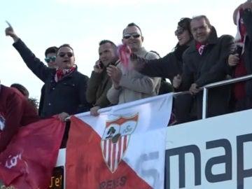 Los aficionados del Sevilla llegando a Formentera