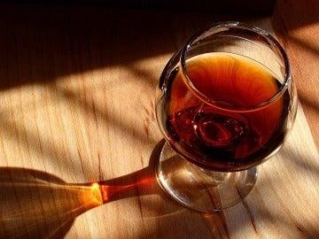 Por mucho que te digan que un buen carajillo lo arregla todo… Evita el alcohol.
