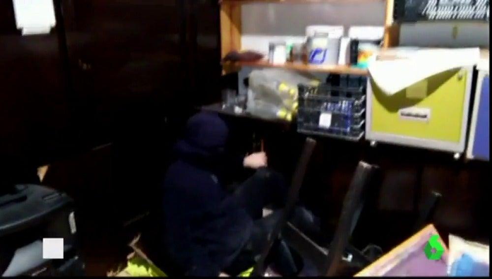 Frame 0.94311 de: Encuentran a un joven que se escondió en el 'Banc Expropiat' durante tres días tras el desalojo