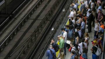 Pasajeros en el andén de una estación de metro (Archivo)