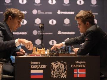 Magnus Carlsen ejecuta un movimiento ante Karjakin