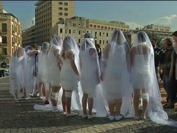Frame 19.09641 de: Vestidas de novia y ensangrentadas, así protestan en Beirut contra la ley que exculpa al violador si se casa con la víctima