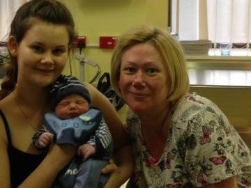 Julie Bradford con su hija y su nieto