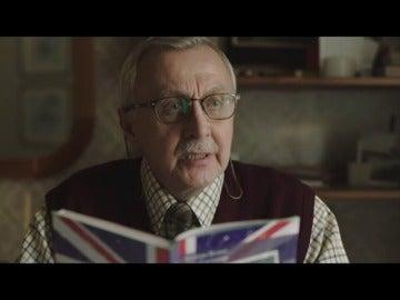 Frame 54.133379 de: El emotivo anuncio de navidad protagonizado por un abuelo aprendiendo inglés