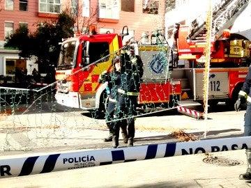Los bomberos descuelgan parte del alumbrado navideño de Fuencarral