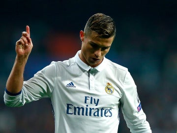 Cristiano Ronaldo niega con el dedo durante el partido contra el Dortmund
