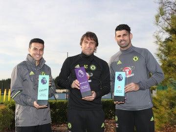 Diego Costa, Antonio Conte y Pedro posando con sus trofeos