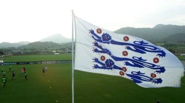 La bandera de la Federación Inglesa de fútbol, en 1998