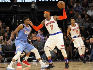 Carmelo Anthony aguanta el balón ante la defensa de Rudy Gay