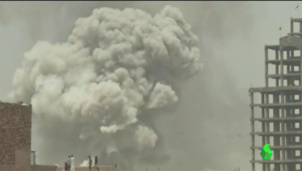 Frame 18.385619 de: Al menos 36 soldados muertos y 50 heridos tras un ataque suicida de Daesh en Yemen