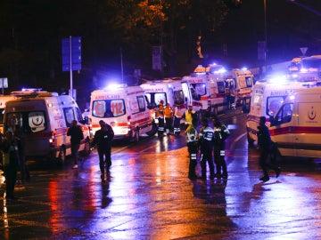 Ambulancias en la zona de la explosión en Estambul